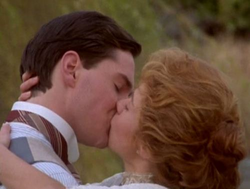 Anne-and-Gilbert-kiss
